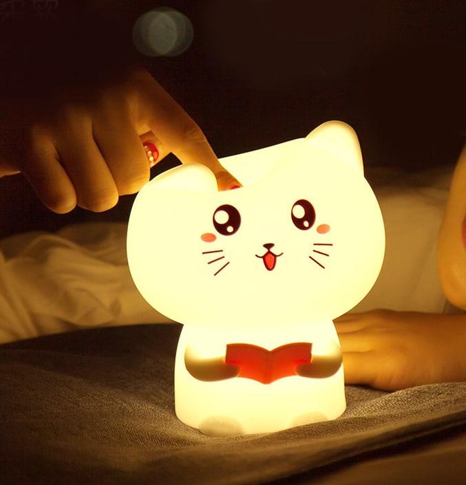 lampada gatto accesa con dito che spinge per accenderla