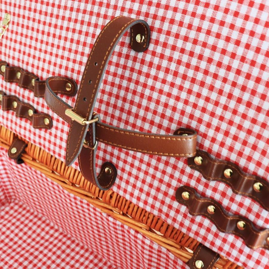 Dettagli cestino in rattarn con pattern rosso
