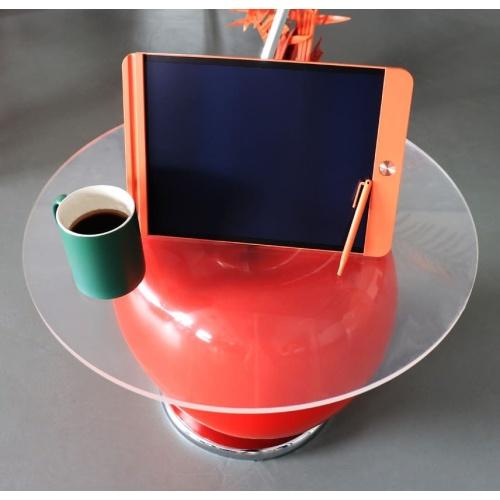 Notepad arancione su tavolo ciliegia con tazza