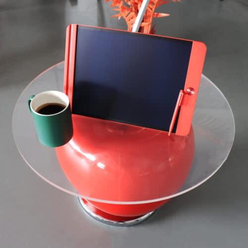 Notapad rosso su tavolino ciliegia con tazza