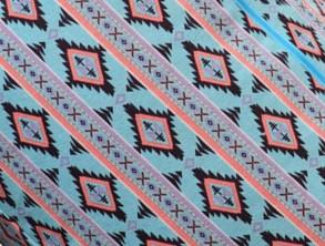 Stampa geometrica azzurra nera e rosa