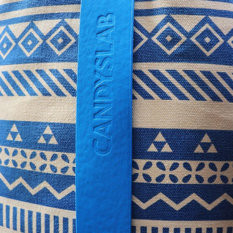 Stampa geometrica blu con logo candyslab azzurro