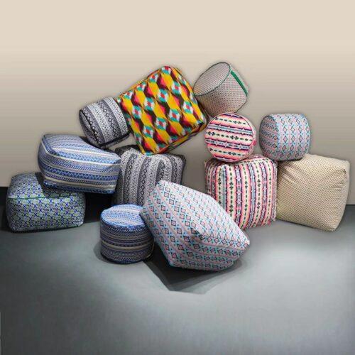 Insieme di pouf tondi e squadrati con diverse stampe colorate