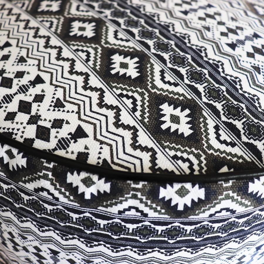Dettaglio stampa geometrica nera e bianca