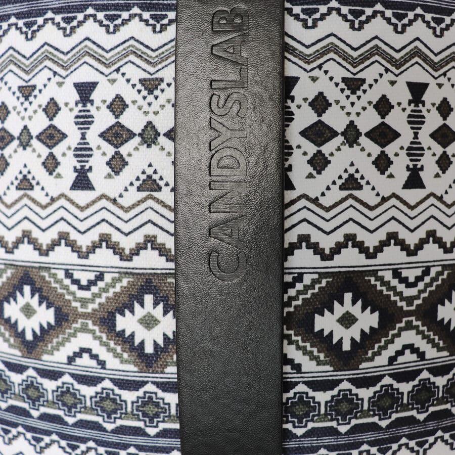 Dettaglio stampa geometrica nera e bianca con scritta candyslab nera